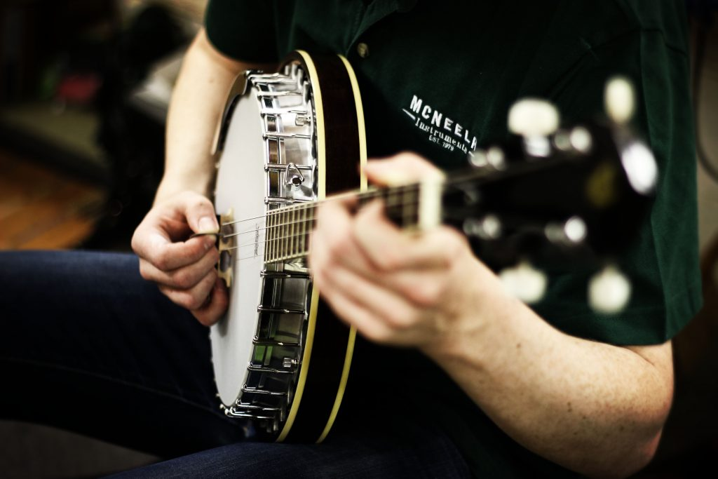 Irish instruments How to Hold and Tune your Banjo