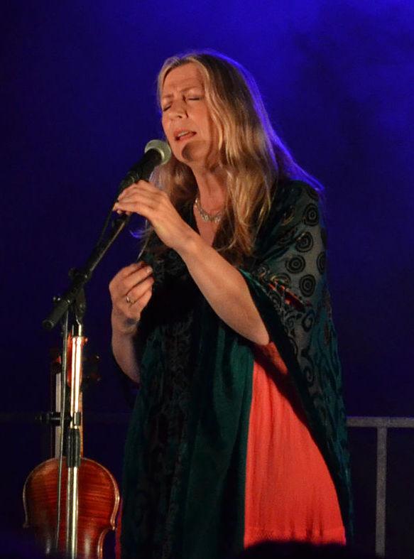 Máiréad Ní Mhaonaigh traditional Irish singer and fiddle player
