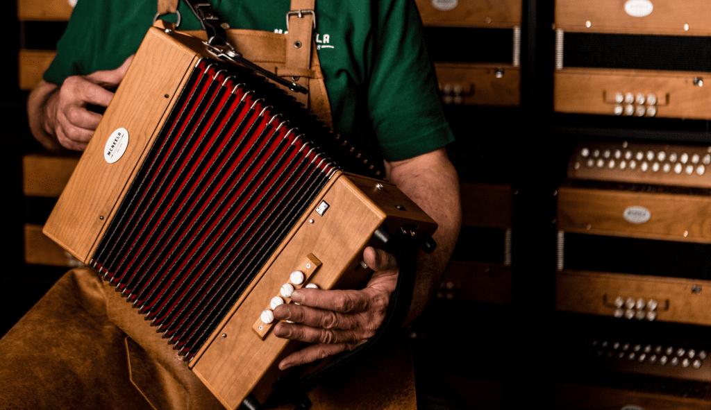 Best button accordions - McNeela Wooden Button Accordion - best C#/D players - bes button accordion